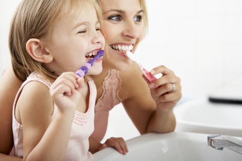 mom showing children dentist tips